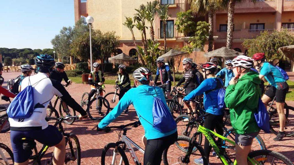 Grupo en bicicleta con Aventura Rumbo Sur