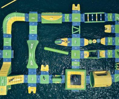 Vista aérea parque acuático flotante
